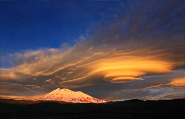 Altocumulus lenticularis cloud over Mount Adams